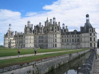 Schloss Chambord - Frankreich, Schloss, Schlösser der Loire, Heinrich II, Vertrag von Chambord, Louis XIV, Märchen, Traum, château, Spitzdach, Rundtürme, Kanal