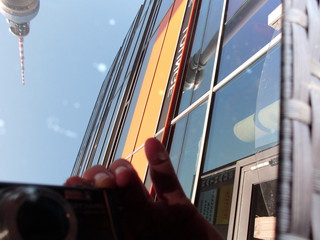 Bildliche Spieglung Serie 2 von 3 - Glas, Spiegelung, Gebäude, Perspektive, Ansicht, Oberfläche, Reflexion, Optik, Physik, Kunst, spiegeln, spiegelverkehrt