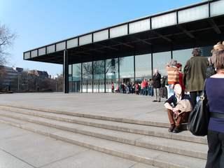 Warteschlange vor der Galerie - Schlange, Wortschatz, warten, stehen, sitzen, Architektur, Gebäude, flach, Fassade, Treppen, Stufen