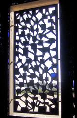 Niki de Saint-Phalle: Detail in der Grotte #2 - Fenster, Spiegel, Gegenlicht, Niki de Saint-Phalle, Grotte, Herrenhausen, Blick, Ausblick, Muster, Bildhauerin, Kunst, ModernArt, Figur