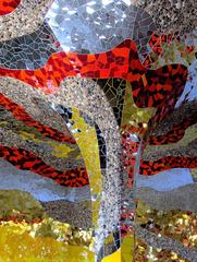 Niki de Saint-Phalle: Detail in der Grotte #5 - Halle, Säule, Niki de Saint Phalle, gelb, gold, silber, rot, Glas, Mosaik, Spiegel, Kiesel, Grotte, Herrenhäuser Gärten, Kunst, Bildhauerin, Skulptur, ModernArt, Architektur
