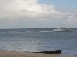Ausflugsschiff - Schiff, Ausflugsschiff, Passagierschiff, Bojen, rot, grün, Markierungen, Schifffahrt, Schifffahrtsweg, Meer, Nordsee, Hörnum, Sylt, Strand, Sand, Sandstrand, Buhne, Wolken