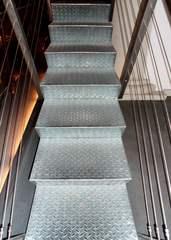 Metalltreppe - Aufstieg, Abstieg, Aufgang, Abgang, steigen, Treppe, Stiege, Metall, Blech, Riffelblech, Struktur, Stufe, Stufen, Geländer