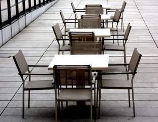 Sitzreihe - Stuhl, Sitz, Reihe, Tisch, vier, Material, Ausrichtung, Interpretation, Impuls, Ansicht, Perspektive, gastlos, leer
