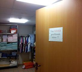 Tür - geöffnet - Tür, Zimmertür, offen, geschlossen, Verbot, Schreibansatz, Sprechansatz, Regal, Wäschelager, aufbewahren, Ordnung, Aufbewahrung, Wirtschaftsraum, Blick, Hinweis, Wäsche, lagern, Lager, Ordnungssystem