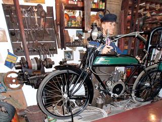 Ansicht einer Fahrradwerkstatt 1 - Fahrrad, Zweirad, Reparatur, Wartung, Werkstatt, reparieren, warten, austauschen, Mechaniker, Mechanik, mechanisch, Werkzeug, Beruf, Zubehör