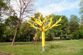 Gelber Baum im Frühling - Baum, Skulptur, Frühling, gelb, Metall, Kunst, Natur