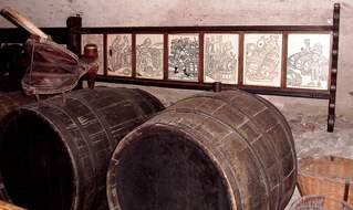 Blick in den Weinkeller #2 - Keller, Wein, Weinkeller, Faß, Fässer, keltern, Kelterei, Gewölbe, Lagerraum, alkoholisch, Getränk, Getränke, Dunkelheit, Raumklima, klimatisiert