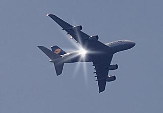 fliegendes Flugzeug A380 Berlin - Flieger, Flugzeug, Jumbo-Jet, Superjumbo, fliegen, Luft, reisen, Fernweh, Verkehr, Flugverkehr, Verkehrsflugzeug, Großraumflugzeug, Langstreckenflugzeug, Verkehrsmittel, Luftfahrt, Langstrecke, Langstreckenflug, Flug, Auftrieb, Physik