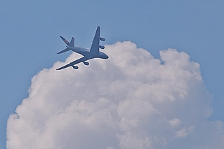 Flieger A380 Berlin - Flieger, Flugzeug, Jumbo-Jet, Superjumbo, fliegen, Luft, reisen, Fernweh, Verkehr, Flugverkehr, Verkehrsflugzeug, Großraumflugzeug, Langstreckenflugzeug, Verkehrsmittel, Luftfahrt, Langstrecke, Langstreckenflug, Flug, Auftrieb, Physik