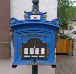 Postbriefkasten - Briefkasten, Postkasten, Post, Brief, Briefe, schreiben, Leerung, leeren, Standort, Leerungszeiten, Absender, Kommunikation, Deutsche Post, blau