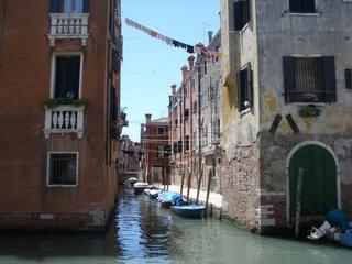 Wäscheleinen in Venedig - Venedig, Kanal, Haus, Straßenzug, Wasserstraße, Wäsche, Wäscheleine, Zerfall