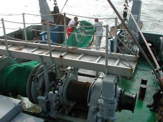 Einholen des Grundschleppnetzes - Fischerei, Schleppnetz, Grundschleppnetz, Fischfang, Fang, Meer, Schiff