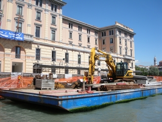 Bagger auf einem Schiff im Canale Grande, Venedig - Bagger, arbeiten, Baustelle, Schiff, Venedig, Bauarbeiten, Palazzo, Palast, Baumaterial, Rohre