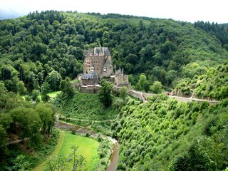 Burg Eltz in einem Seitental der Mosel nahe Koblenz - Burg Eltz, Burg, Mittelalter, Gotik, Fachwerk, gotisch, Wald, Hügel, Märchenkulisse