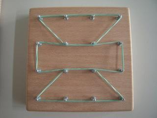 Geobrett - Geobrett, Geometrie, Formen, Symmetrie, Spiegeln, Spiegelachse, Nagelbrett, quadratisch, Gitter, spannen, bespannen