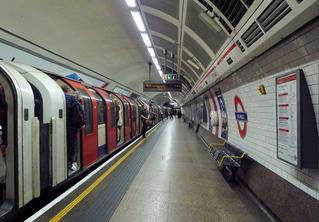 London  #1 - London, Zug, U-Bahn, Untergrundbahn, Metro, tube, Underground, Subway, U-Bahnstation, Zug, Verkehrsmittel, Transport, Perspektive, Fluchtpunkt