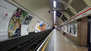 London  #2 - London, U-Bahn, Untergrundbahn, Metro, tube, Underground, Subway, U-Bahnstation, Bahnsteig, Verkehrsmittel, Transport, Perspektive, Fluchtpunkt