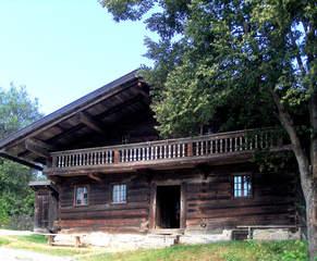 Bayrisches Bauernhaus #1 - Bauernhaus, Bayern, bayrisch, 19 Jahrhundert, Holz, Holzhaus, Blockhaus, Balkon, Geländer, Balken, Stufen, leben, wohnen, Wohnstil, Lebensweise