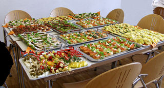 Kalte Platten - Kalte Platte, Aufschnitt, Käse, Lachs, Gurke, Spargel, Tomaten, Salat, Spieße, Häppchen, kalt, Brot, Fähnchen, Tablett, essen, Feier, Anlass, Entlassung