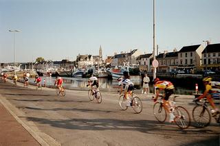 Radrennen - Radrennen, Rennen, Wettbewerb, Straßenrennen, Straße, Hafen, Kirche, Schiffe, Fischerboot, Radfahrer, Fahrer, treten, Sport, Hobby, Frankreich, gewinnen