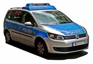 Streifenwagen der Polizei - Polizei, Streifenwagen, PKW, Auto, Verkehrsmittel, Personenkraftwagen, Kraftwagen, Kraftfahrzeug, Fahrzeug, motorisiert, rollen, blau, Gefahrenabwehr, Behörde, Ordnung, Sicherheit, helfen, Hilfe, Notruf, Überwachung, überwachen, schützen, Einsatzfahrzeug, Polizeifahrzeug, silber, verkehrsblau