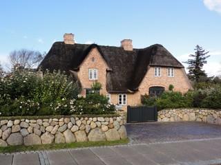 Haus1 - Haus, Haubag, Reet, Reetdach, Mauer, Granit, Granitsteine, Steinmauer, Heckenrose, Gartentor, Sylt