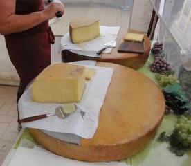Käse - Käse, Laib, Käselaib, Milch, Milchprodukt, Nahrungsmittel, Alpen, Milchwirtschaft, Landwirtschaft, Lebensmittel, Zylinder, Volumen, Masse