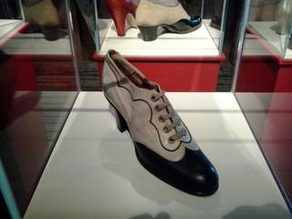 Schuh 1910 - 1910, Schuh, Damenschuh, Mode, Trotteur, Bekleidung, Lederschuh, Schuhriemen, Ösen, schwarz, grau