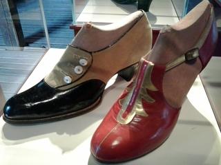Schuh 1929 - Schuh, Leder, Lederschuh, Pumps, 1929, Knöpfe, rot, braun, schwarz