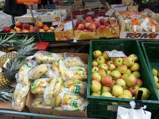 Obststand - Obst, Gemüse, einkaufen, Verkauf, Handel, Äpfel, Bananen, Pfirsiche, Nektarinen, Ananas, Weintrauben, Markt, Marktstand