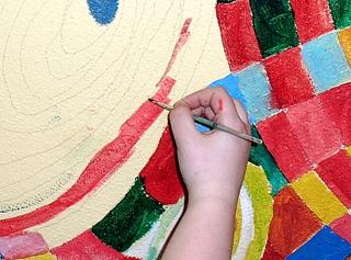 Wandmalerei mit Pinsel #1 - Pinsel, Farbe, bunt, malen, gestalten, ausmalen, Hand, uneben, Untergrund, Wand, auftragen