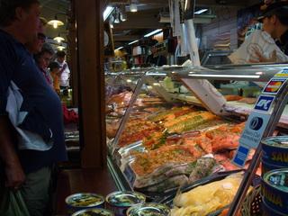 Fischmarkt in Helsinki - Finnland, Helsinki, Hafen, Markthalle, Fischmarkt, Vielfalt, Fisch, Delikatessen, Meeresfrüchte, Fischtheke, Nahrung, kaufen, essen, Kühltheke, Theke