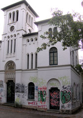 Graffiti#1 - Graffiti, Graffito, Schmiererei, Malerei, Spray, Sprayer, Vandalismus, Zerstörung, Schaden, bunt, Farben, hässlich, Straftat, Haus, Gebäude, historisch, Kunst, Zeichen, Schrift, illegal