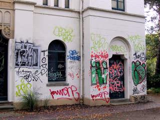 Graffiti #2 - Graffiti, Graffito, Schmiererei, Vandalismus, Schaden, illegal, Farbe, Spray, Sprayer, Malerei, Zeichen, Symbole, historisch, Haus, Gebäude, Straftat, hässlich, Zerstörung