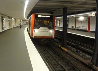 UBahn 2 - U Bahn, U-Bahn, Metro, Untergrundbahn, Nahverkehr, ÖPNV, Öffentlicher Personen Nahverkehr, Bahnsteig, Gleis, Überwachungskamera, Leuchten, Lampen, Stützen, Stützpfeiler, Zug