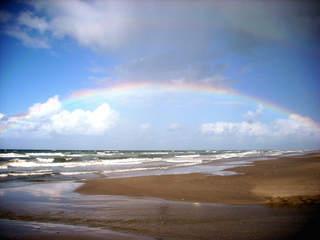 Regenbogen - Regenbogen, Regen, Wolken, Spektralfarben, Kreisbogen, Farben, Optik, Brechung, Lichtbrechung, Spektralfarben, Reflexion, Farbzerlegung, Wetter, Wettererscheinung, Meer, Strand, Nordsee, Wellen