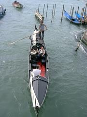 Gondelfahrt in Venedig - Gondoliere, Venedig, Tourismus, Wasserstraße, Kanal, Gondel, asymmetrisch, venezianischer Bootstyp, schmal, Boot, Wasser