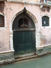 Türen der Welt - Tür, Tor, Holztor, alt, verfallen, Venedig, Kanal, Italien