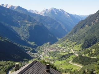 Gebirge - Schweiz, Alpen, Gebirge, Tal, Berge, Gipfel, Höhenstufen, Vegetationszonen, Wald, Felsen, Straßen, Wege, Dorf, Siedlung, Häuser