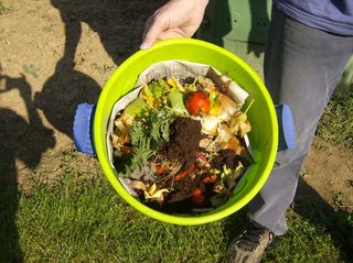 Kompostsammeln im Haushalt - Kompost, rohe Nahrungsmittelabfälle, Rotte, Kompostierung, Abfälle, Grünabfall