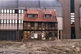abbruchreifes Fachwerkhaus vor moderner Fassade - Fachwerkhaus, abbruchreif, verfallen, Kontrast, alt und neu, Gegensatz, klein und groß