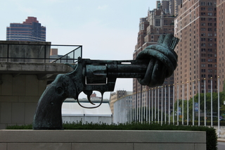 Non Violence Skulptur vor dem UN-Gebäude in New York - Non-Violence-Skulptur, keine Gewalt, Gewaltlosigkeit, UN-Gebäude, Vereinte Nationen, United Nations, New York