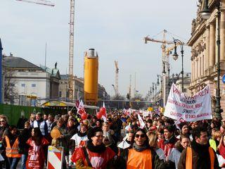 Demonstration - Arbeitskampf, Demonstration, demonstrieren, Protest, Streik, streiken, protestieren, politisch, Politik, zeigen, hinweisen, nachweisen, Versammlung, Meinungsäußerung, Massendemonstration, Gewerkschaften, Demo, Demokratie, Gesprächsanlass, Impulsbild