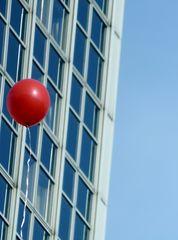 fliegender Ballon - Ballon, Luftballon, fliegen, Auftrieb, Fassade, Eindruck, Perspektive, rot, rund, leicht, Volumen, Dichte, Physik, Mathematik