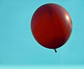 roter Luftballon - rot, Luft, Ballon, Party, Karneval, Geburtstag, Luftballon, fliegen, Auftrieb, Hülle, Physik, Mathematik, Kugel