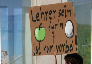 Protestschild - Protest, Ausdruck, Ausdrucksmittel, Schild, Demonstration, Impuls, Gesprächsanlass, politisch, Politik, Schlagwort, Slogan, Transparent, Banner, Plakat, plakativ