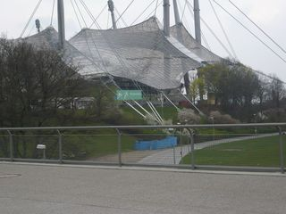 Olympiapark München #7 - München, Olympiastadion, Olympiapark, Zeltdach, Zeltdachkonstruktion, Stahlmasten, Plexiglas, hängend, lichtdurchlässig, überspannt, Symbol, Wandelbarkeit, Parkgelände, XX., Olympische Sommerspiele, 1972