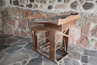Altes Schreibpult - Schreibpult, Schrägpult, Schulpult, Tisch, Sitzbank, Sitzplatz, Bank, Einzelplatz, sitzen, schreiben, Schule früher