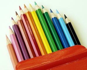 zwölf Buntstifte  - Buntstift, Buntstifte, bunt, Farbe, farbig, Schreibgerät, Zeichengerät, Malutensil, Utensil, Kunst, Holz, Mine